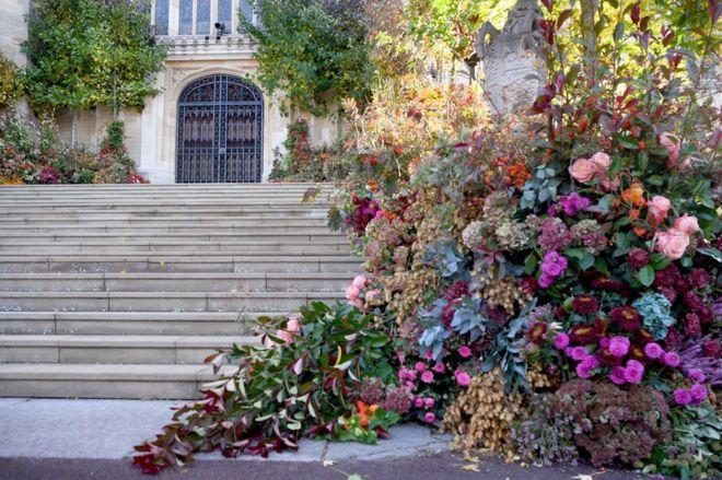 الزهور تزيين الباب الغربي من كنيسة القديس جورج