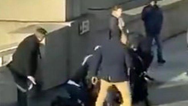 """Теракт на Лондонском мосту. """"Обыкновенные герои"""" из прохожих скрутили нападавшего"""