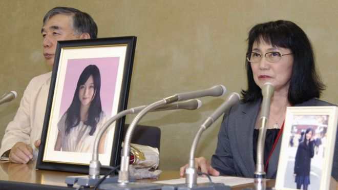 Madre de Matsuri Takahashi con fotos de su hija