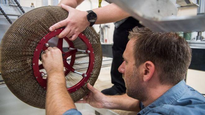 Pesquisadores mexem em um exemplar do Superelastic Tire