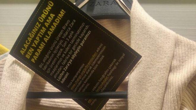 """As etiquetas escondidas nas roupas exibiam a hashtag #BravoIscileriIcinAdalet, que significa """"Justiça para os trabalhadores da Bravo"""""""