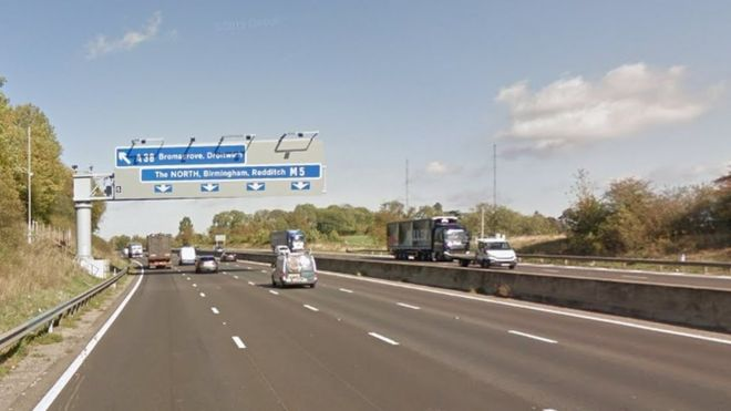 Woman dies in crash with 4x4 on M5 near Bromsgrove - BBC News