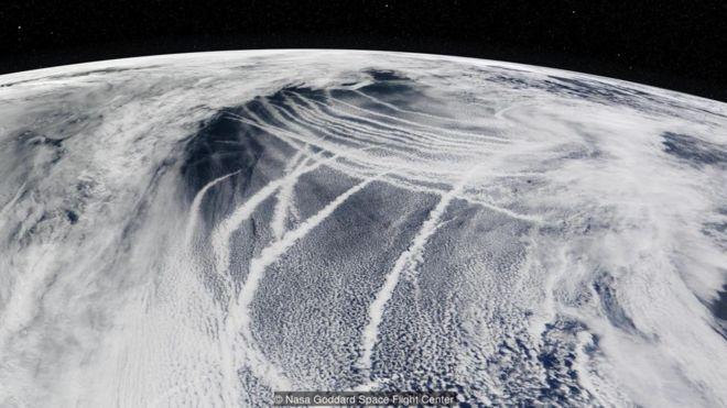 NASA GODDARD SPACE FLIGHT CENTER Image caption Dấu tích ô nhiễm do tàu thuyền để lại trên mặt biển đã tự nhiên làm sáng các đám mây bên trên