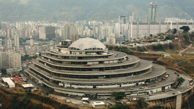 根据建筑设计,进了这个购物中心,汽车可以直接开到商店门口。