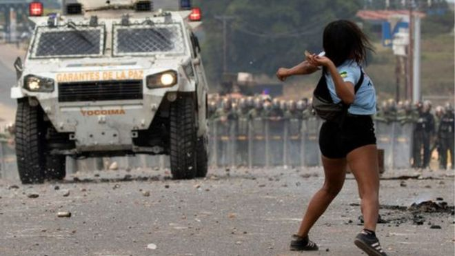 Manifestante atira pedra contra carro blindado