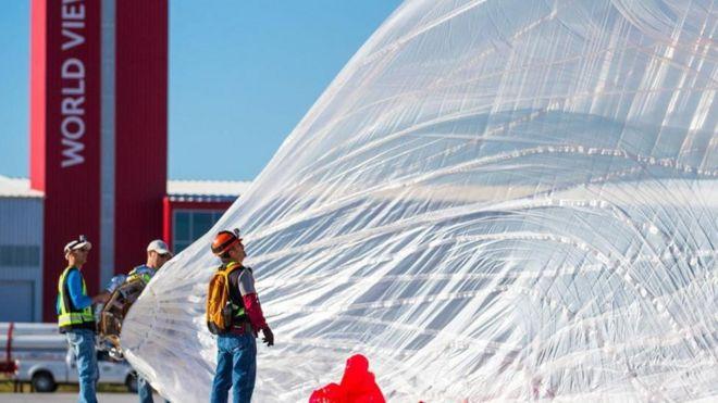 Homens inflando balão