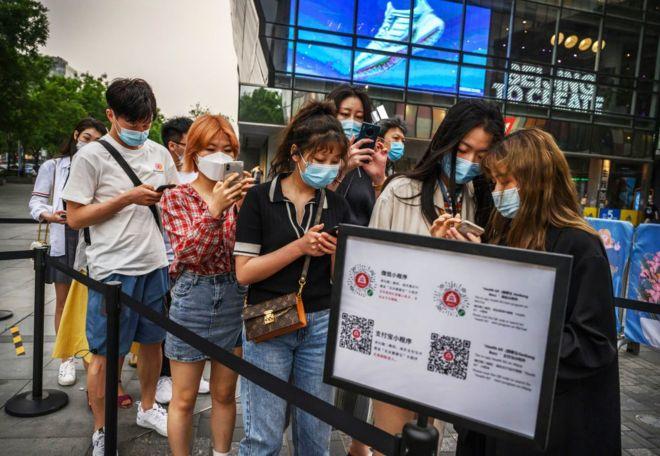 北京民众需要扫描二维码以出示绿色健康码进入三里屯。