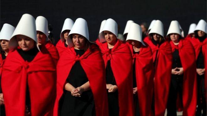 Активисты оделись как персонажи из «Сказки о служанке» принять участие в демонстрации в поддержку легализации абортов в Буэнос-Айресе, Аргентина, 5 августа 2018 года