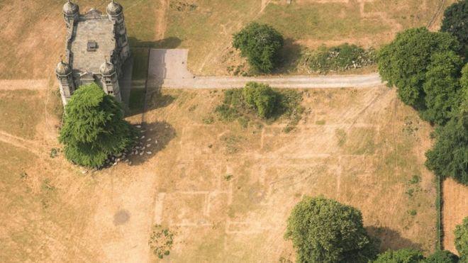 Linhas na grama no entorno de Tixall Hall, construído em 1555