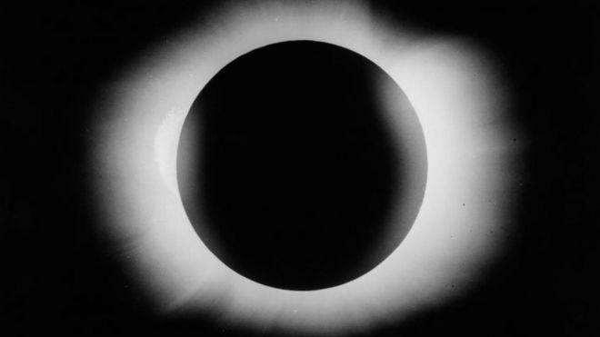 Arthur Eddington tarafından 29 Mayıs 1919'da çekilen güneş tutulması fotoğrafı