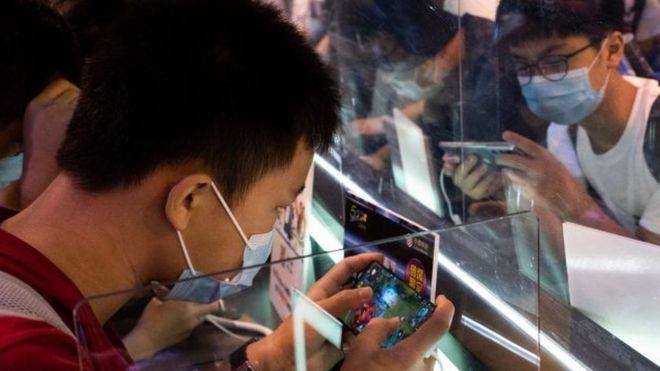 مراهقون يلعبون على هواتفهم
