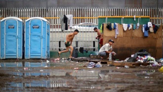 شرایط بهداشتی در اردوگاه موقتی که برای هزاران مهاجر در شهر تیهوآنا مکزیک دایر شده بود