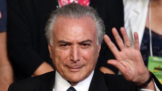 На этой фотографии, сделанной 12 марта 2016 года, изображен вице-президент Бразилии Мишель Темер, машущий рукой во время национального съезда Бразильской партии демократического движения (ПДСР) в Бразилиа, 12 марта 2016 года.