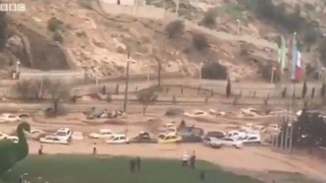سیل درکنار دروازه قرآن شیراز دهها خودرو را با خود برد