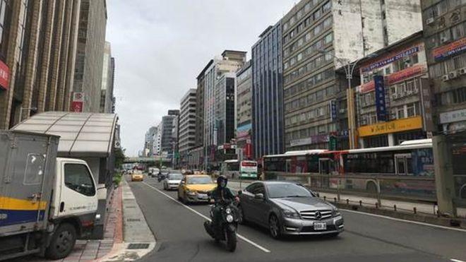 每到了冬天,台北市內的天空時常呈現灰濛濛,行人與騎車人士常戴口罩。