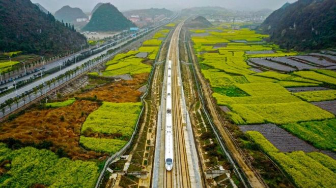 Tren de alta velocidad en la ciudad china de Anshun, en la provincia de Guizhou.