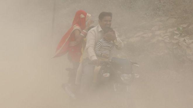 Загрязнение воздуха в Дели приводит к возникновению плотной пелены смога