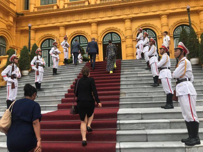 Tân Đại sứ Anh Gareth Ward bước vào Phủ Chủ tịch Năm nay đánh dấu 45 năm quan hệ ngoại giao Anh - Việt.