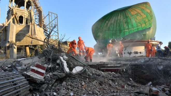زلزله اندونزی؛ تلاش برای نجات نمازگزاران مسجد