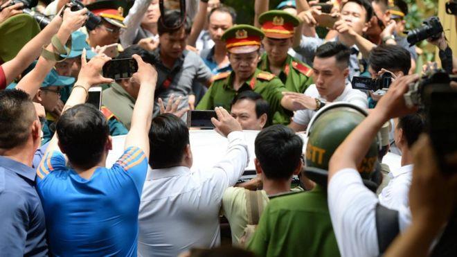 Hàng chục người vây kín ông Nguyễn Hữu Linh sau khi ông rời tòa án sáng 25/6