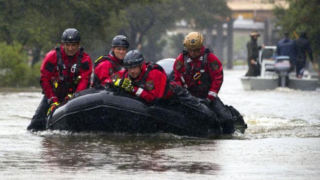 Los equipos de emergencia evacuan en lanchas a personas afectadas en Houston