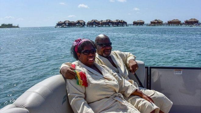 با پولی که دانشجویان جمع کردند دنیس و هرمان توانستند به جامائیکا سفر کنند