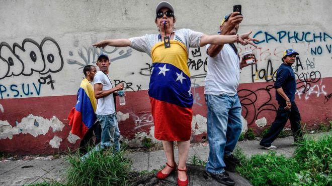 Decenas de miles de opositores caminaron el sábado hasta la sede de la iglesia católica en el oeste de Caracas.