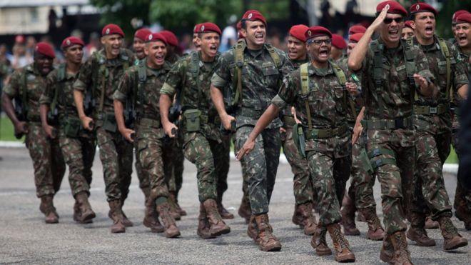 Militares durante cerimônia de graduação do Batalhão de Infantaria de Paraquedas, no Rio de Janeiro, em 2018
