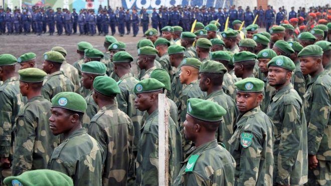 Des soldats congolais prenant part à une cérémonie officielle à Goma