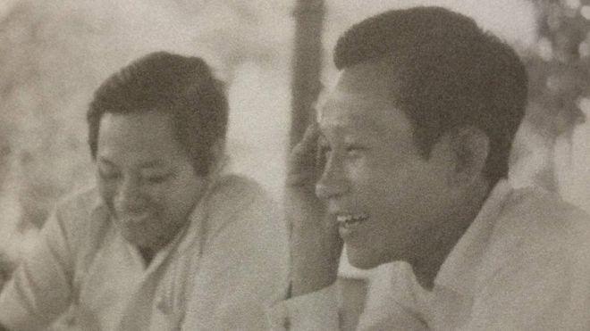 Ông Hồ Ngọc Nhuận (phải) năm 1974