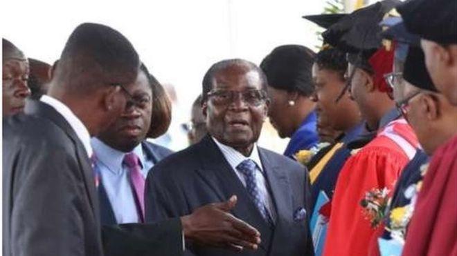 Rais wa Zimbabwe's Robert Mugabe amewatunuku shahada zaidi ya wanafunzi 3,300 katika chuo kikuu cha Zimbabwe