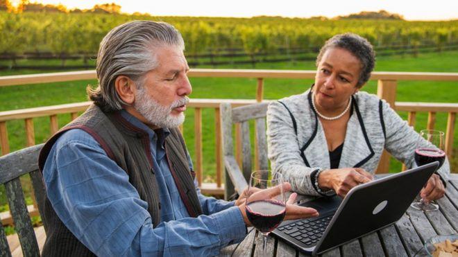 Пара на компьютере в сельской местности