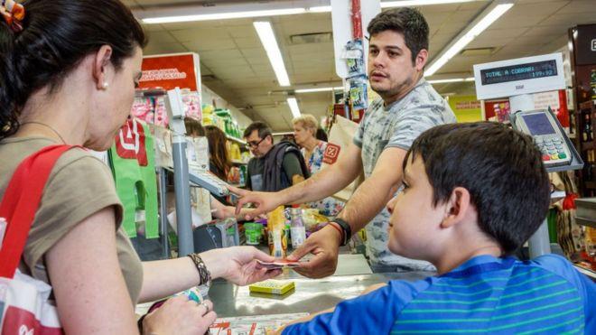 Gente en un supermercado en Buenos Aires .