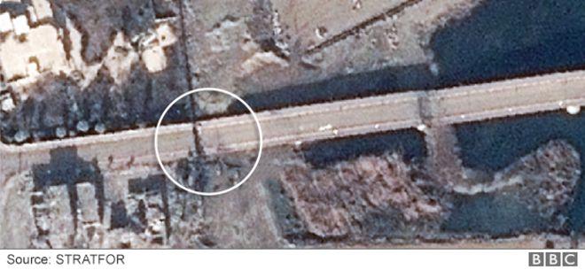Musul'daki Al Camhuriya Köprüsünün batı ucundan