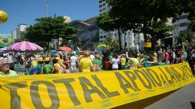 Manifestação em Copacabana pede fim da impunidade e do foro privilegiado, em apoio à operação Lava Jato da Polícia Federal