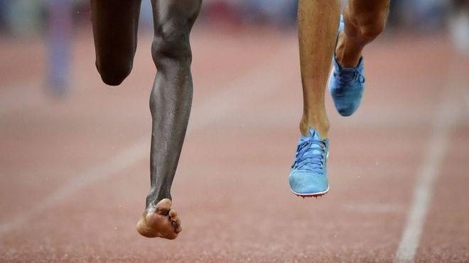 بالصور: عداء كيني يجري