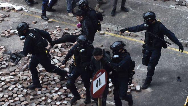 香港警方大多以涉嫌暴动、非法集结等罪名拘捕示威者。