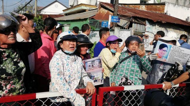 Hàng trăm dân oan Thủ Thiêm đứng bên ngoài mong muốn được vào gặp lãnh đạo TP hôm 18/10