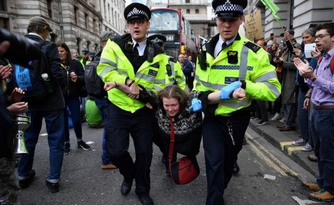 Manifestante sendo removida de protesto em abril