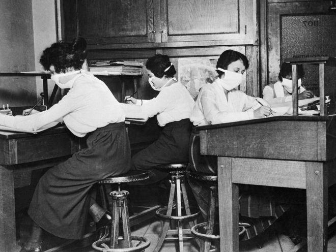 दफ्तर में काम करती महिलाएं
