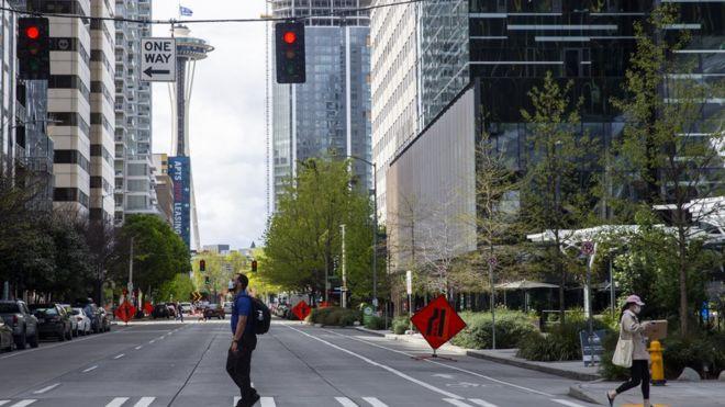 Una calle de Seattle, con dos peatones.