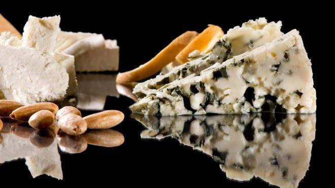 В сырах с плесенью содержится больше соли, чем в морской воде, - 2,7 грамма на 100 граммов сыра