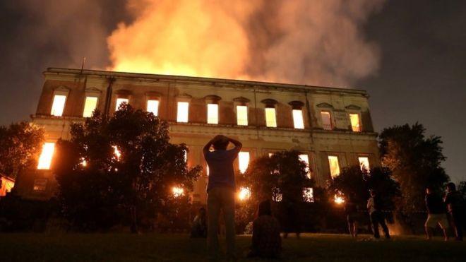 El museo en llamas.