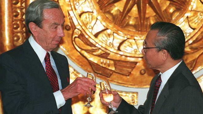 Ngoại trưởng Việt Nam Nguyễn Mạnh Cầm tiễn chia tay ông Warren Christopher ngày 7/8/1995