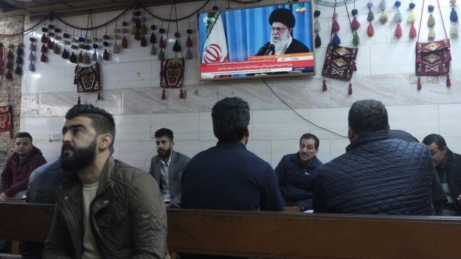 إيرانيون يتابعون خامنئي عبر التلفزة
