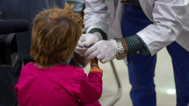 Niño ve cómo le extraen sangre en Sindh, Pakistán.