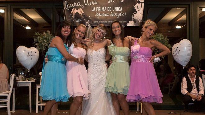 Laura Mesi con sus damas de honor.