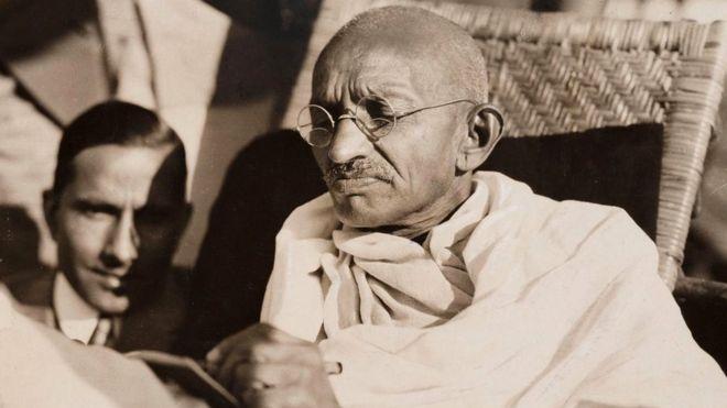 Махатма Ганди, потомственный вегетарианец, всего один раз в жизни попробовал мясо - под влиянием друга, когда был подростком
