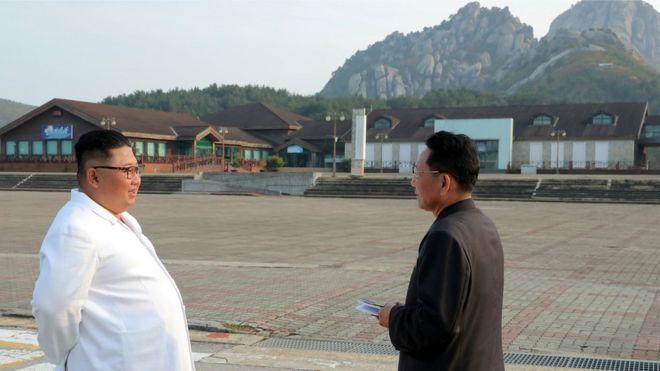 조선중앙통신은 김정은 북한 국무위원장이 금강산관광지구를 현지지도하는 모습과 금강산에 설치된 남측 시설 철거를 지시했다고 23일 보도했다