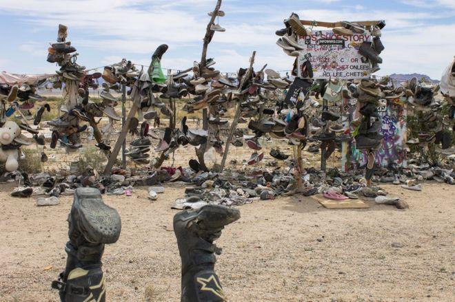 الكثير من الأحذية التي ربطت على السياج